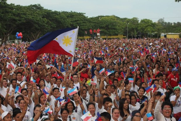 LUPANG HINIRANG. Supporters of Mayor Rodrigo Duterte wave their flags at the Crocodile Park in Ma-a, Davao City for the simultaneous singing of the national anthem, Lupang Hinirang, on May 7, in an attempt to break the world record held by Bangladesh. This, as hundreds of thousands of Duterte supporters flocked to the Luneta Park in Manila for the Presidential frontrunner's miting de avance. MindaNews photo by TOTO LOZANO