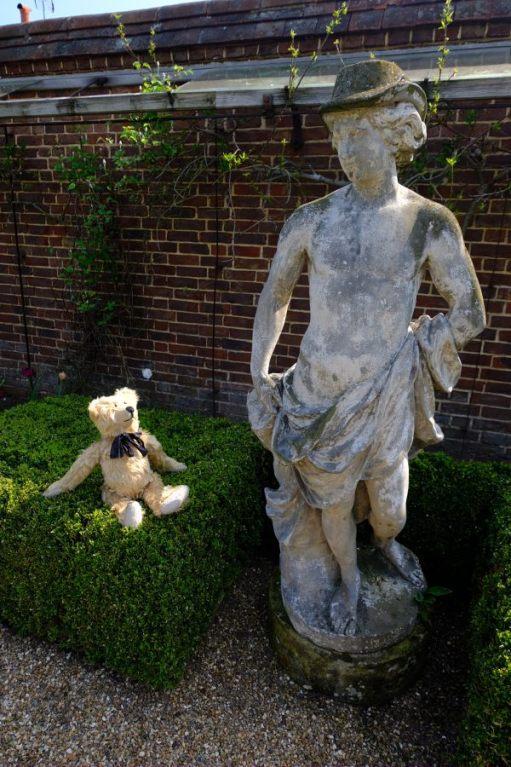Dunsborough Park Gardens: Ere, Bobby. What's he doing?