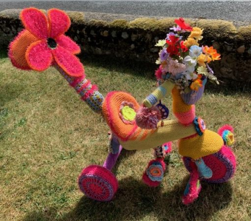 Yarnbomb Sisters - knitted toddlers' tricycle