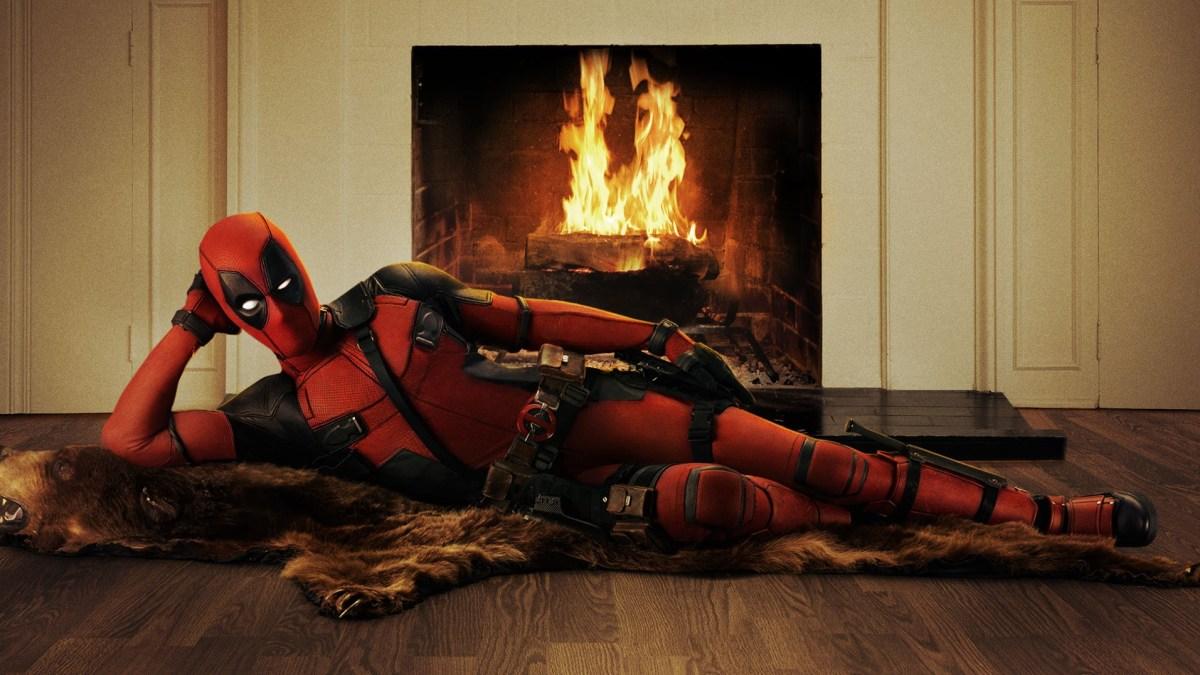 Ryan Reynolds liegt das Deadpool-Kostüm schon mal Probe