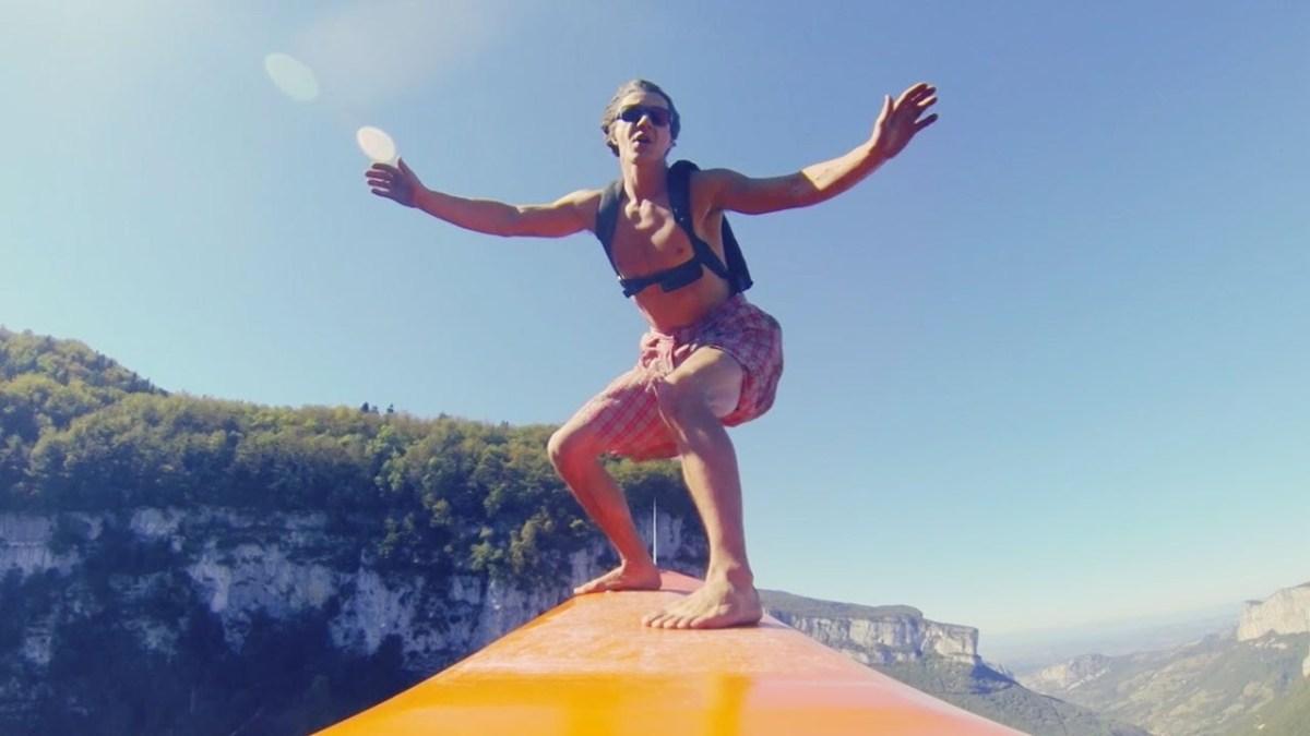 Vom Surfboard über einer Schlucht einen BASE-Jump machen