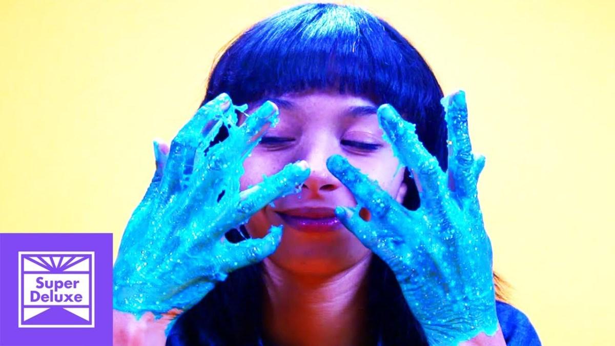 Ein optisch und akustisch sehr ansprechendes ASMR-Video einer Lady, die sich Kleber von den Händen pult
