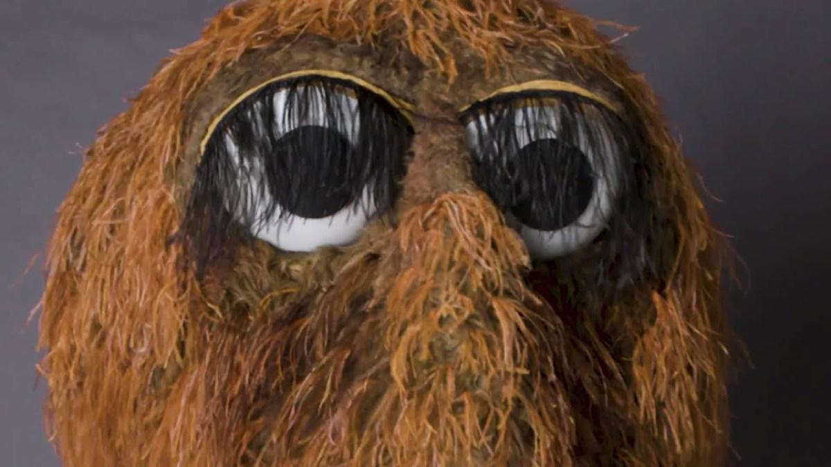 Schnuffi aus der Sesamstraße trägt erstaunliche Fakten über das Universum vor
