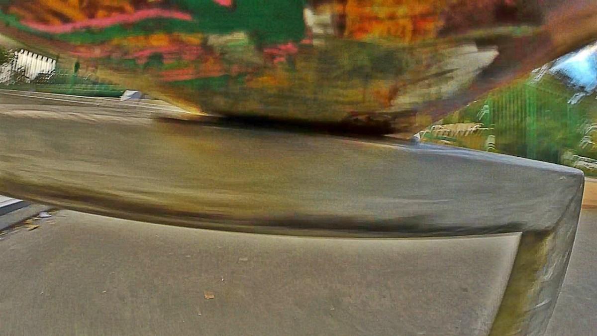 Eine GoPro unter dem Skateboard