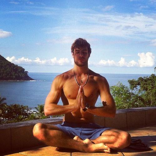 мужчины во время медитации