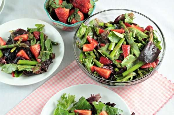Asparagus Strawberry Mixed Green Salad - Mindy's Cooking ...