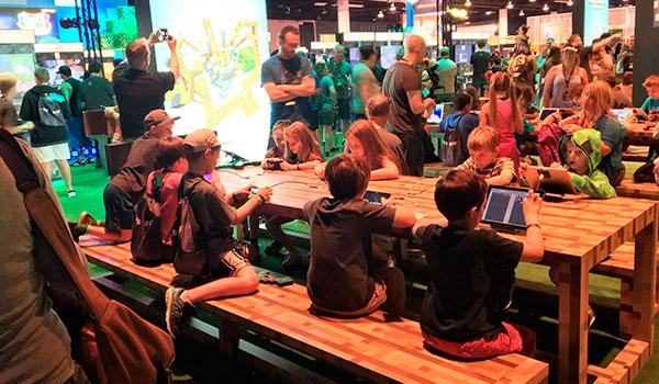 Imagen donde vemos un grupo de niños y jóvenes jugando en los servidores de Minecraft Realms, en la MineCon 2016.