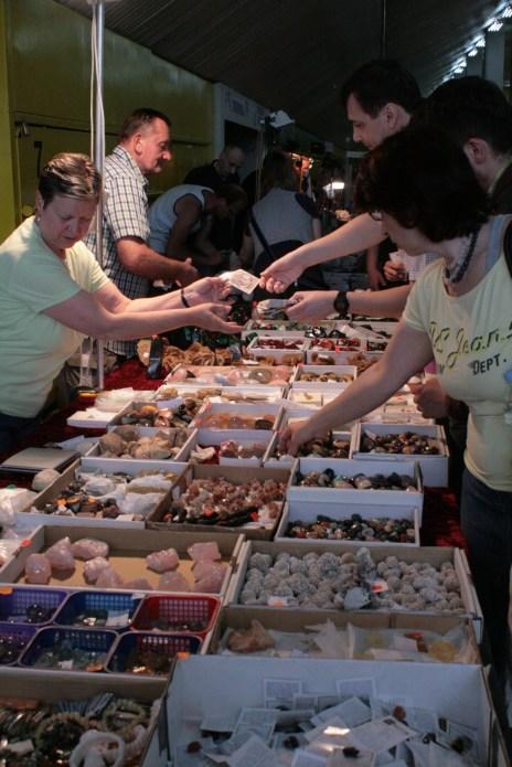 Neobrađeni minerali na sajmu