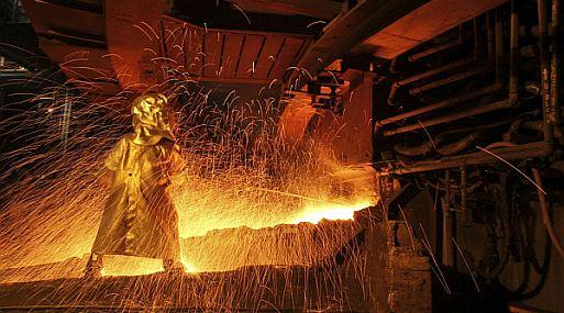 Precio del cobre retrocede, pero se mantiene en máximos de tres años