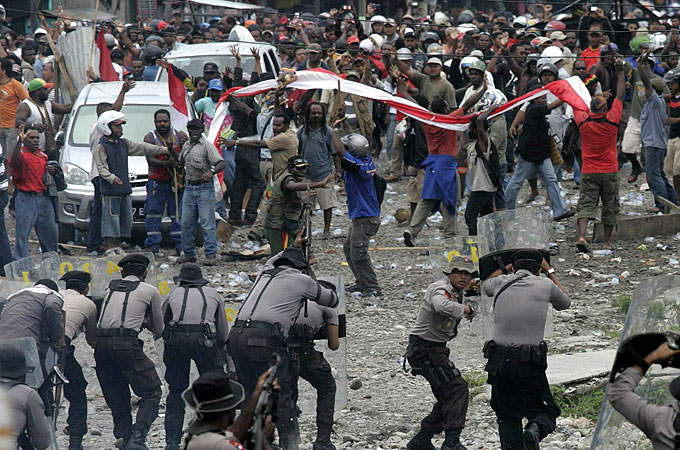 https://i1.wp.com/www.minesandcommunities.org/files/2011/Strike_Freeport_Indonesia_Papua_copper.jpg