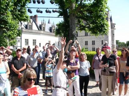 Aufmerksame Zuhörer bei Führung (Amboise)