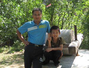 '小天行和爸爸王晓峰开心的在一起'
