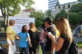 法轮功学员在保加利亚布尔加斯市讲真相征签