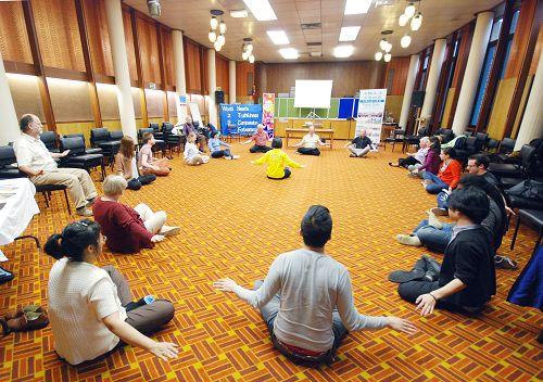 图2-3:在苏格兰格拉斯哥西区图书馆里,人们聚精会神地学习法轮功功法