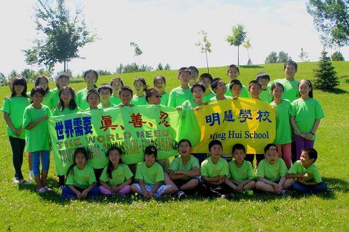 Sunny(第二排右一)参加二零一三年多伦多明慧学校暑期班