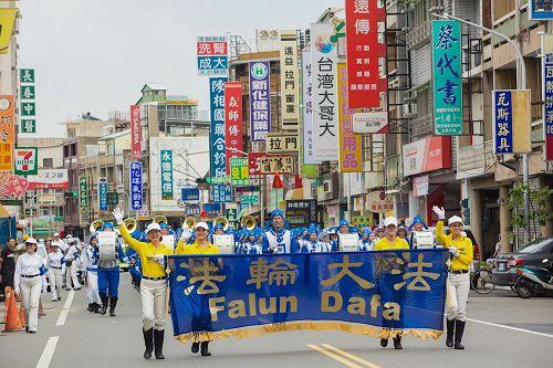 """'图2:台湾法轮大法天国乐团受邀参加了台南市政府举办一年一度的""""管乐艺术季""""开幕大游行。'"""