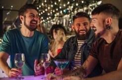 friends-in-a-nightclub_bwc45410200