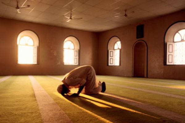 muslim-man-prays-in-mosque