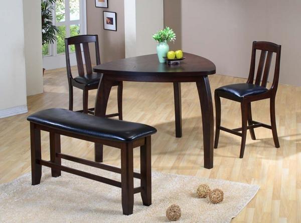 Triángulo de mesa con bancos y sillas de mesa de madera