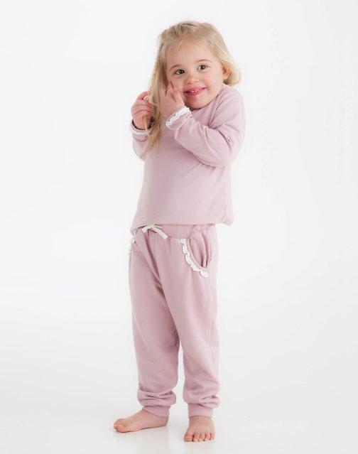 Støvet rosa kosedress på modell