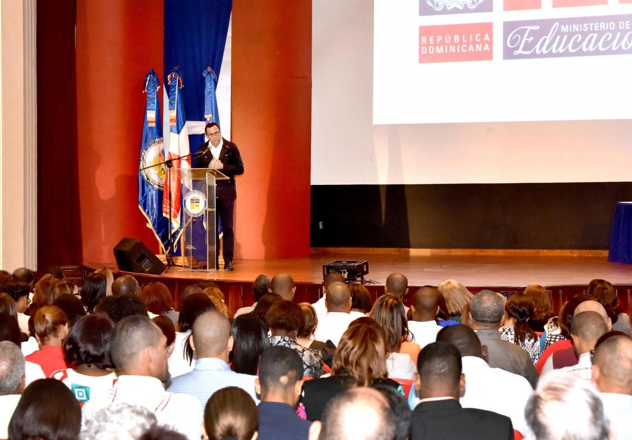 imagen Ministro en podium expone desarrollo de la educación técnico profesional