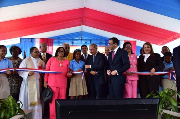 imagen Presidente Medina, Ministro de Educación Andrés Navarrojunto a otras autoridades educativas en acto de inauguración.