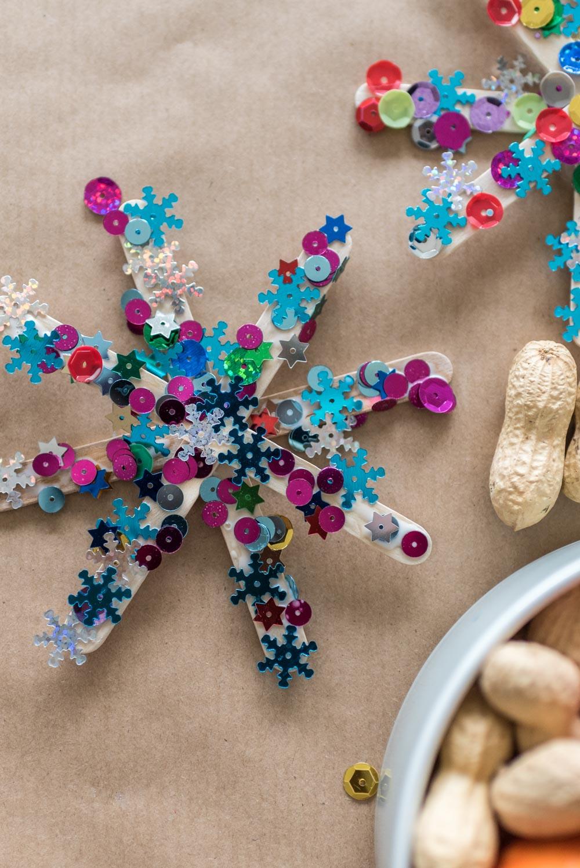 DIY: Glitzersterne basteln mit Kindern. Eine hübsche Advents- und Weihnachtsdekoration.