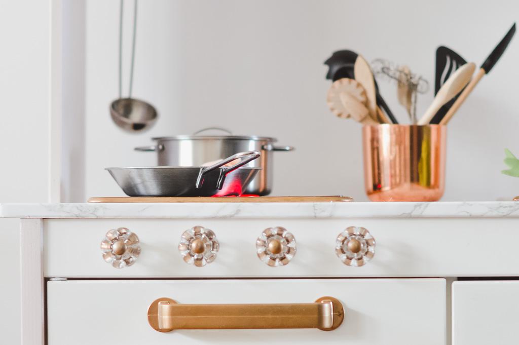 Die Ikea Kinderküche: Ein paar Ideen, wie ihr sie wunderhübsch aufpimpen könnt #ikeaküche #ikeakitchen #ikeahack #kinderküche #diy