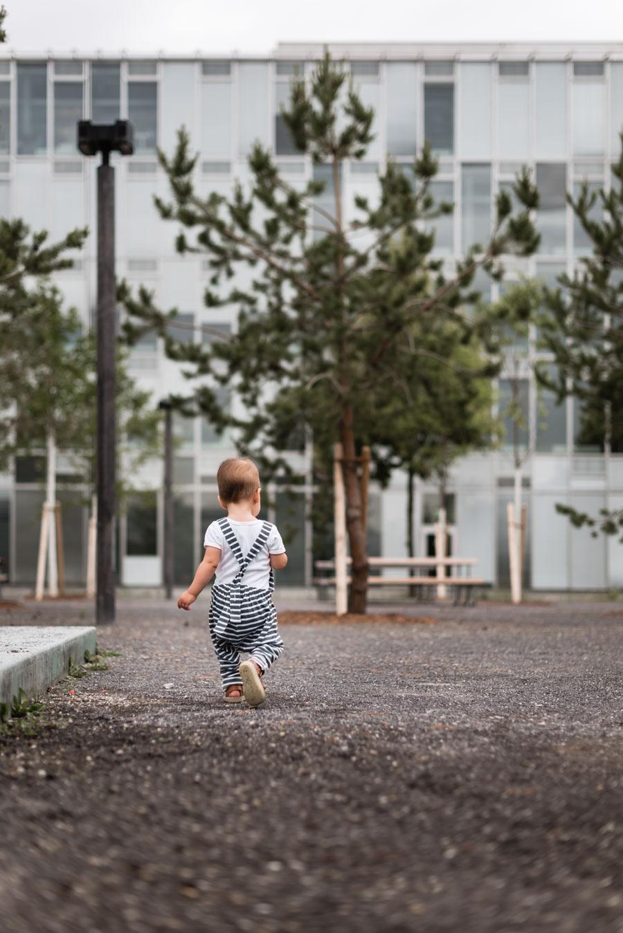 Toddler walks through the park / Copyright Isabelle Kade