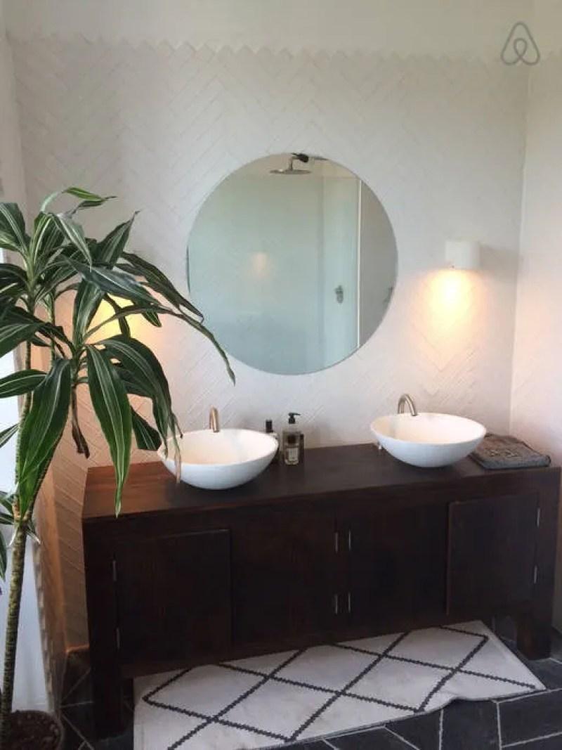 Brighton Airbnb @minkaguides bathroom