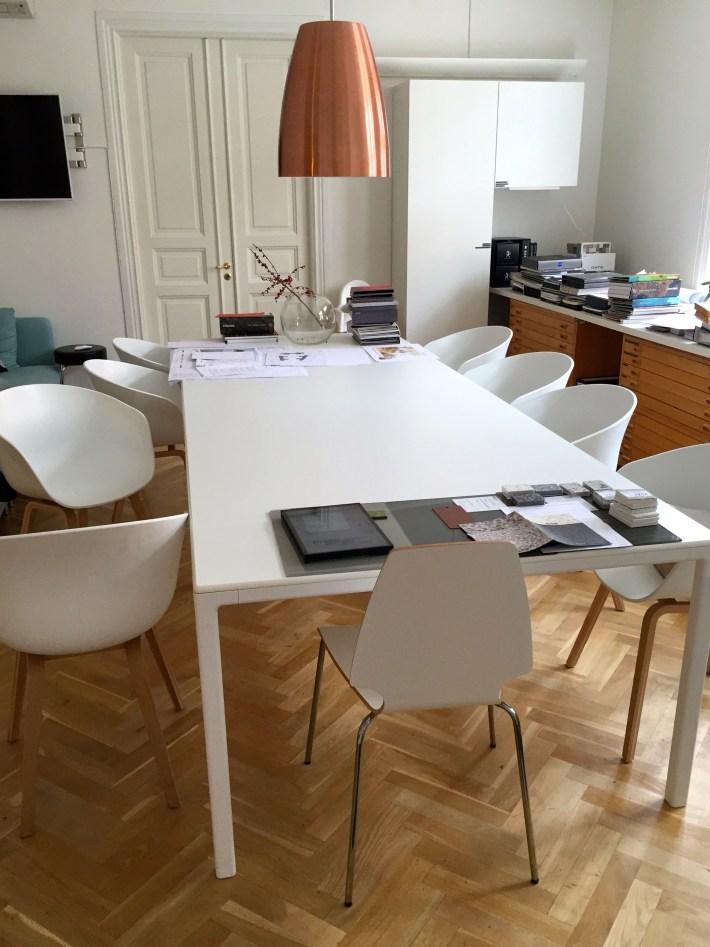 Vi kommer att hålla kalaset på jobbet. Så det här konferensbordet ska förvandlas till ett kalasbord i morgon är det tänkt...