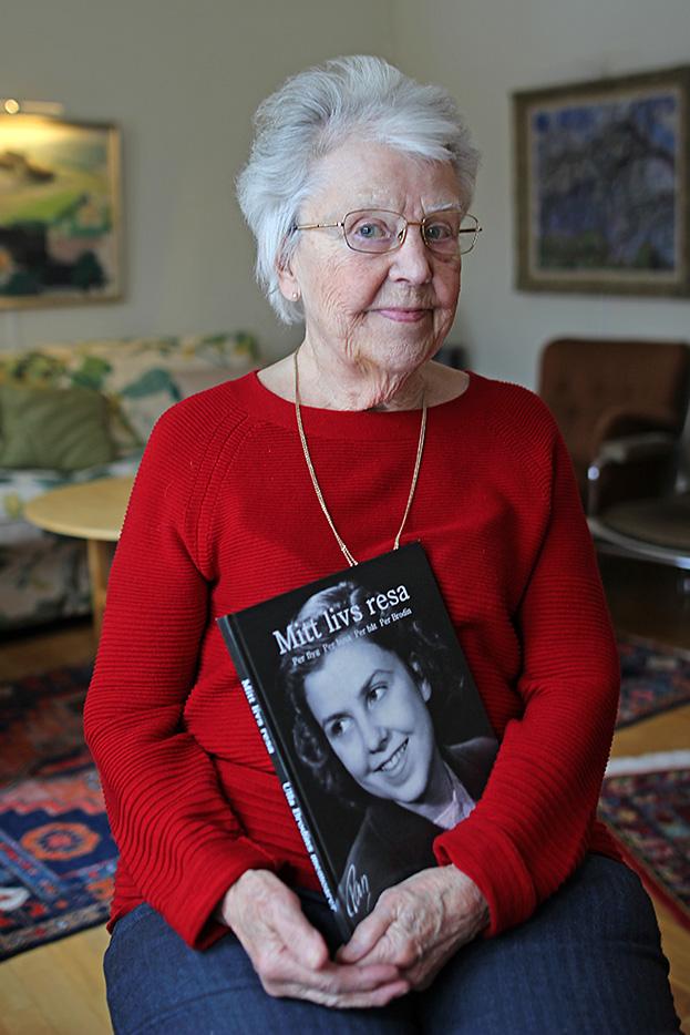 Ulla Brodin med sin memoarbok Mitt livs resa, skriven av Pia Hintze