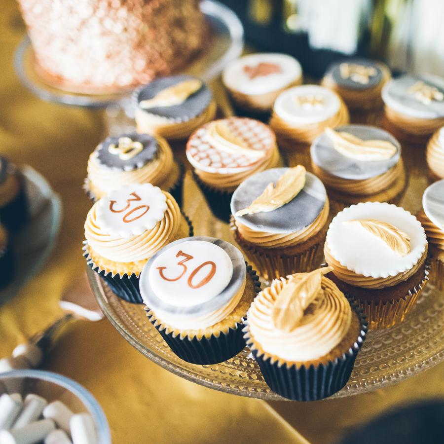 1920-luvun teemaiset Vanilla Salted Caramel Cupcaket