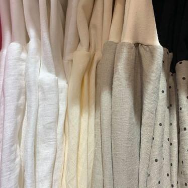 Kellohameita rivissä, vaaleat sävyt: valkoisia ja luonnonvaaleita
