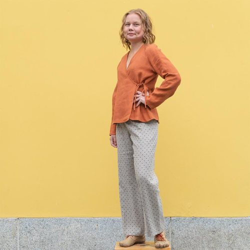 Pilkulliset pellavahousut ja oranssi kietaisutoppi pellavasta