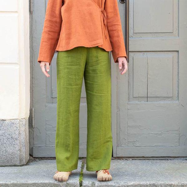Vihreät pellavahousut ja oranssi kietaisutoppi pellavasta