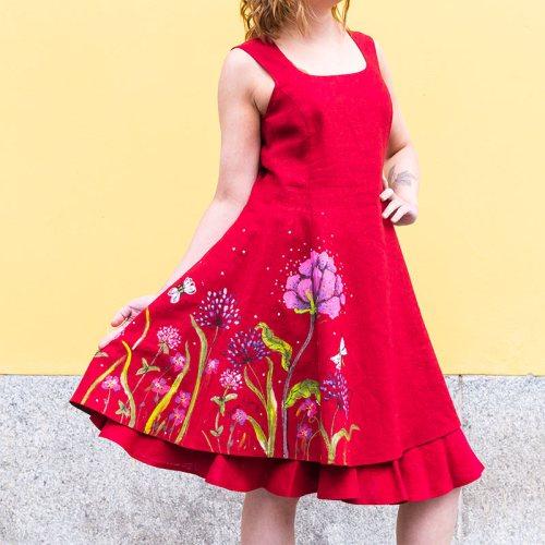 Punainen lyhythihainen pellavamekko kukkamaalauksin, mekon alla punainen kellohame