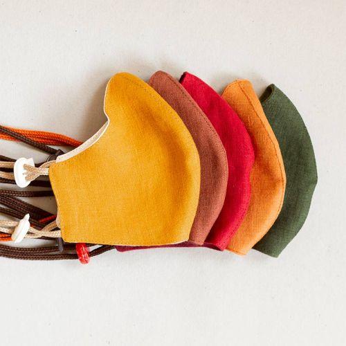 Kangasmaskit stopparikiinnnityksellä. Viisi eri väriä maskeissa.