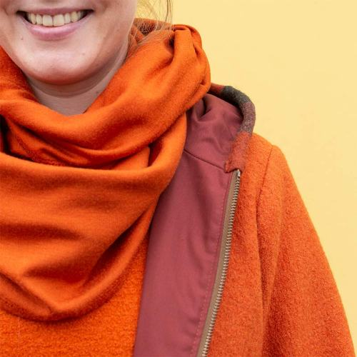 Oranssi vuorillinen villakangastakki hupulla