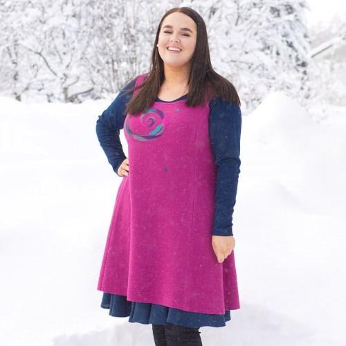 Villainen hihaton mekko, lämmin talvellakin. Kaunis huovutettu kuvio koristeena
