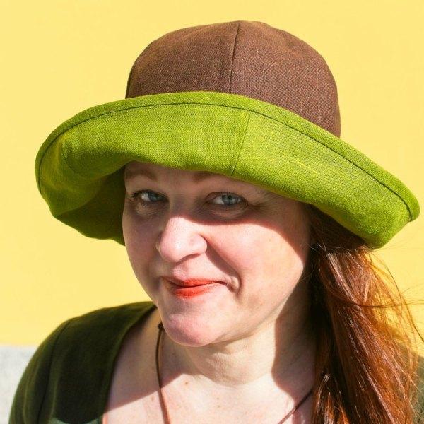Käännettävä pellavainen lierihattu, jossa toinen puoli vihreä ja toinen ruskea. Kesähattuna ja aurinkohattuna loistava!