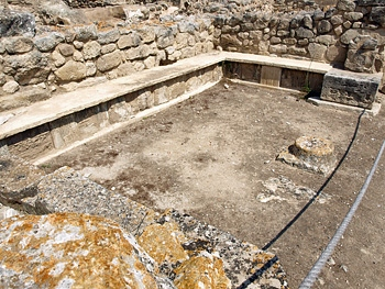 Phaistos: room with benches on west side of central court