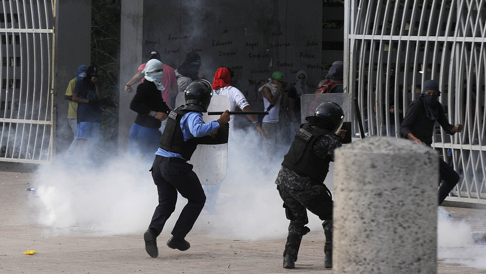 Student protesters clash with police over the president's decision to run for re-election in Tegucigalpa, Honduras, a year after a controversial Supreme Court ruling voided a longtime constitutional ban on presidential re-election, Thursday Nov. 10, 2016. (AP/Fernando Antonio)