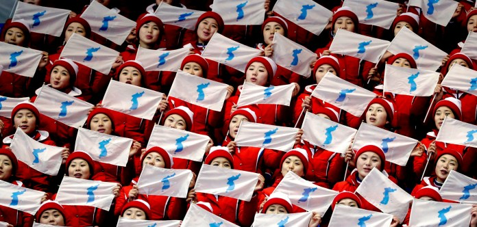 Los partidarios de Corea del Norte agitan la bandera de unificación de Corea antes de la final de patinaje artístico en el Gangneung Ice Arena en los Juegos Olímpicos de Invierno 2018 en Gangneung, Corea del Sur, 15 de febrero de 2018 | Foto: Bernat Armangue / Associated Press