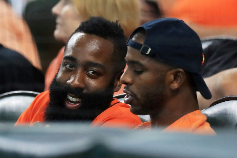 Chris Paul (d) et James Harden des Houston Rockets suivent le match Houston Astros-New York Yankees en la Ligue américaine, le 14 octobre 2017 à Houston