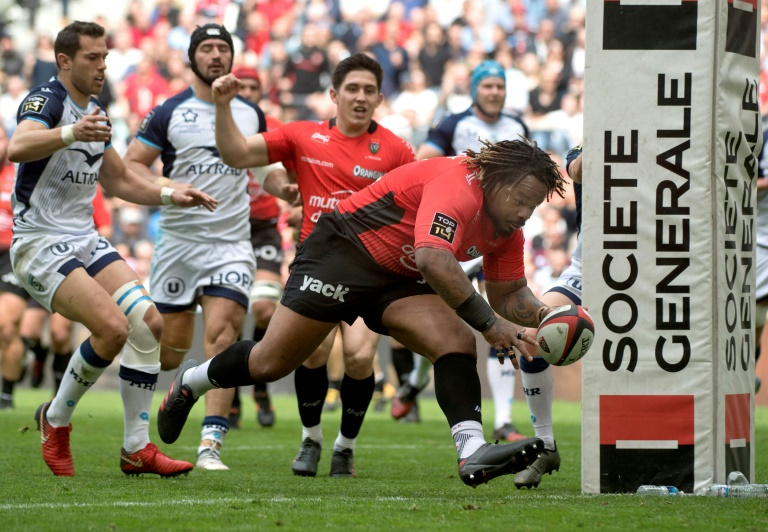 Le centre de Toulon Mathieu Bastareaud (d) inscrit un essai face à Montpellier le 14 avril 2018 en 24e journée de Top 14