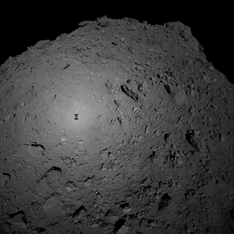 Photographie reçue le 3 octobre 2018 de la sonde japonaise Hayabusa2 survolant l'astéroïde Ryugu et publiée par l'Agence japonaise d'exploration spatiale JAXA. AFP PHOTO / JAXA