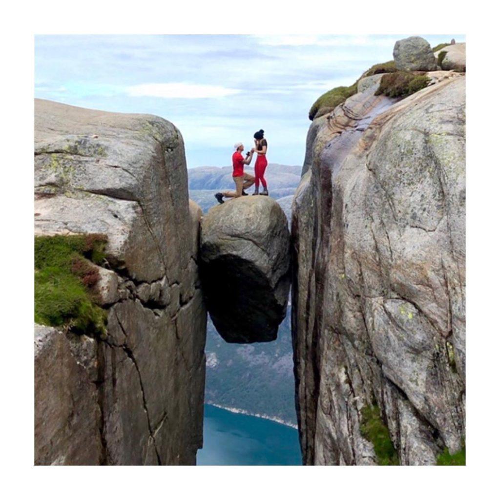 Norvège : Terrifiée à l'idée de faire une chute mortelle, elle accepte une demande en mariage