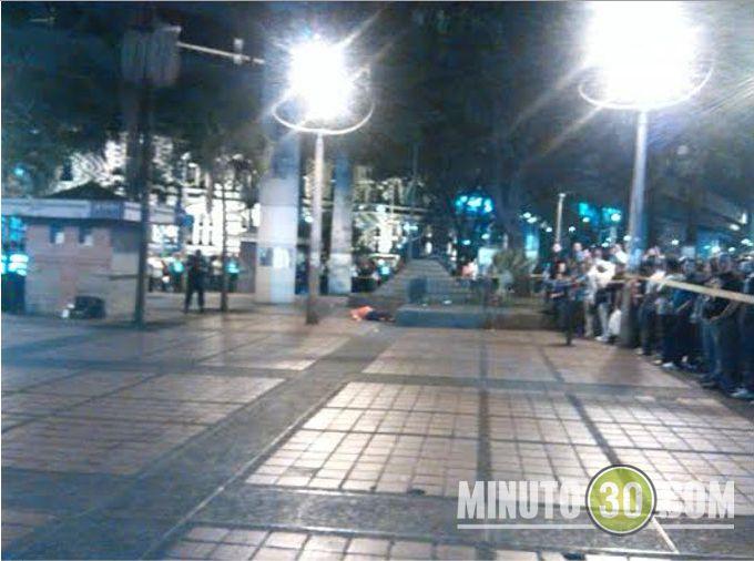balacera1 Un muerto y dos heridos deja balacera en el centro de Medellín. Fotos y videos