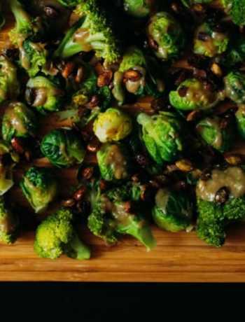Grünes Gemüse mit Sesamdressing